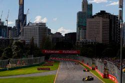 Carlos Sainz Jr., Renault Sport F1 Team R.S. 18, Fernando Alonso, McLaren MCL33 Renault, y Stoffel Vandoorne, McLaren MCL33 Renault
