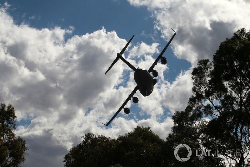 Пролет Boeing C-17A Globemaster III Королевских ВВС Австралии над трассой