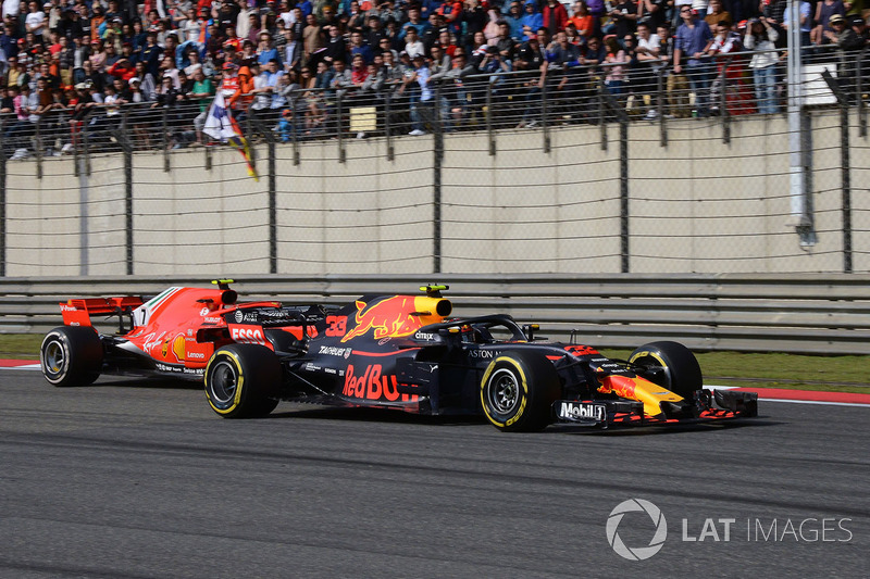 Max Verstappen, Red Bull Racing RB14 y Kimi Raikkonen, Ferrari SF71H battle