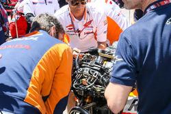 Mecánicos trabajan en la moto de Dani Pedrosa, Repsol Honda Team