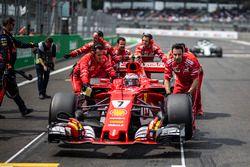 Kimi Raikkonen, Ferrari SF70H, ferrari mechanics