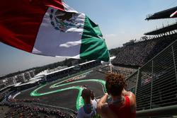 Carlos Sainz Jr., Renault Sport F1 Team RS17 passe devant un fan et le drapeau mexicain dans les tribunes