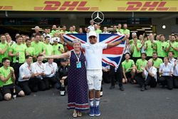 2017 World Champion Lewis Hamilton, Mercedes AMG F1 celebrates with his mother Carmen Lockhart and t