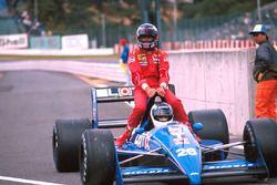 Stefan Johansson, Ligier gives Gerhard Berger, Ferrari a lift back