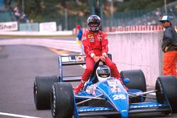 Stefan Johansson, Ligier lleva sobre su coche a Gerhard Berger, Ferrari