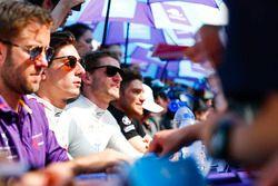 Alex Lynn, DS Virgin Racing, deelt handtekeningen uit