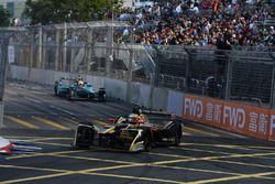Jean-Eric Vergne, Techeetah, precede Oliver Turvey, NIO Formula E Team