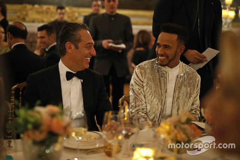 https://cdn-1.motorsport.com/images/mgl/24NQrPg6/s8/general-fia-prize-giving-ceremony-2017-lewis-hamilton-with-carlos-slim-domit.jpg