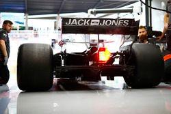 Des mécaniciens Haas au travail sur la monoplace de Kevin Magnussen Haas F1 Team VF-18