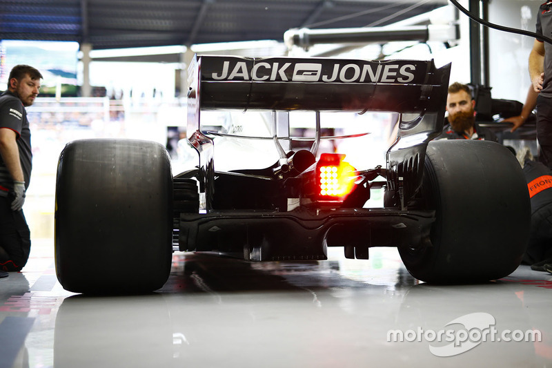 Mecánicos de Haas trabajan en el VF-18 de Kevin Magnussen en el box