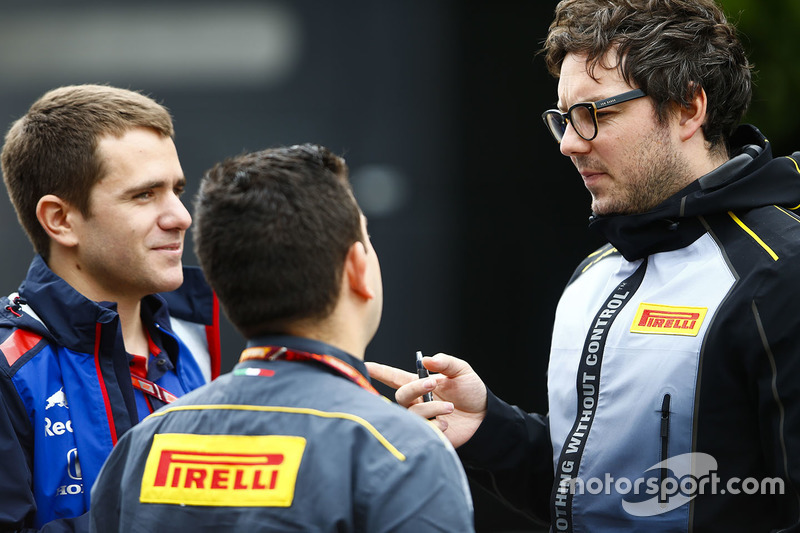 Des membres de Pirelli parlent à un employé de Toro Rosso