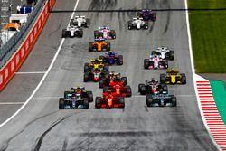 Valtteri Bottas, Mercedes AMG F1 W09, Lewis Hamilton, Mercedes AMG F1 W09, Kimi Raikkonen, Ferrari SF71H, Max Verstappen, Red Bull Racing RB14, Sebastian Vettel, Ferrari SF71H, Romain Grosjean, Haas F1 Team VF-18, e il resto del gruppo alla partenza