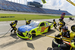 Brandon Jones, Joe Gibbs Racing, Toyota Camry Toyota Menards Jeld-Wen makes a pit stop