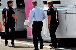 Chase Carey, directeur exécutif du Formula One Group avec Robert Fearnley, team principal adjoint Force India F1 Team et Andy Stevenson, team manager Force India F1 Team