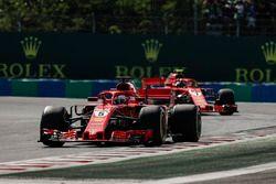 Sebastian Vettel, Ferrari SF71H, voor Kimi Raikkonen, Ferrari SF71H