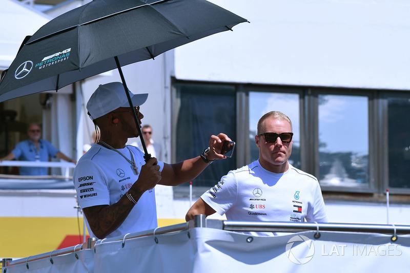Lewis Hamilton, Mercedes-AMG F1 y Valtteri Bottas, Mercedes-AMG F1 en el desfile de pilotos