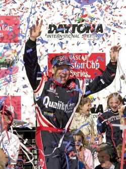 Ganador de la carrera Dale Jarrett