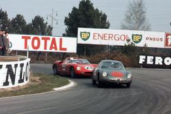 Romolo Rossi, Alfa Romeo Giulia SZ, devant John Surtees, Mike Parkes, Ludovico Scarfiotti, Lorenzo Bandini