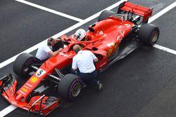 Sebastian Vettel, Ferrari SF71H dans la voie des stands