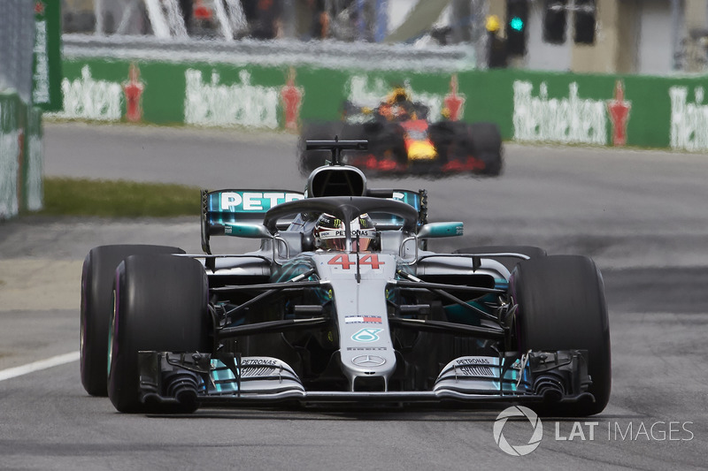 Lewis Hamilton, Mercedes AMG F1 W09, y Daniel Ricciardo, Red Bull Racing RB14