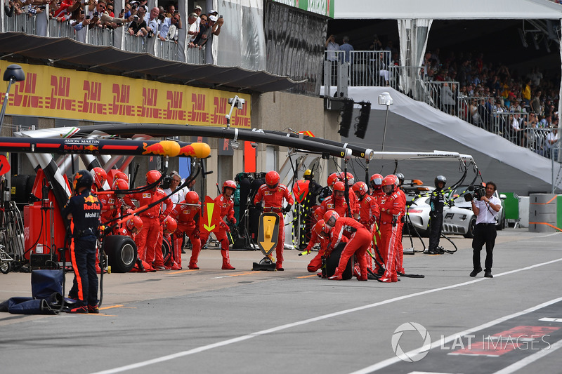 Meccanici Ferrari in attesa di un pit stop