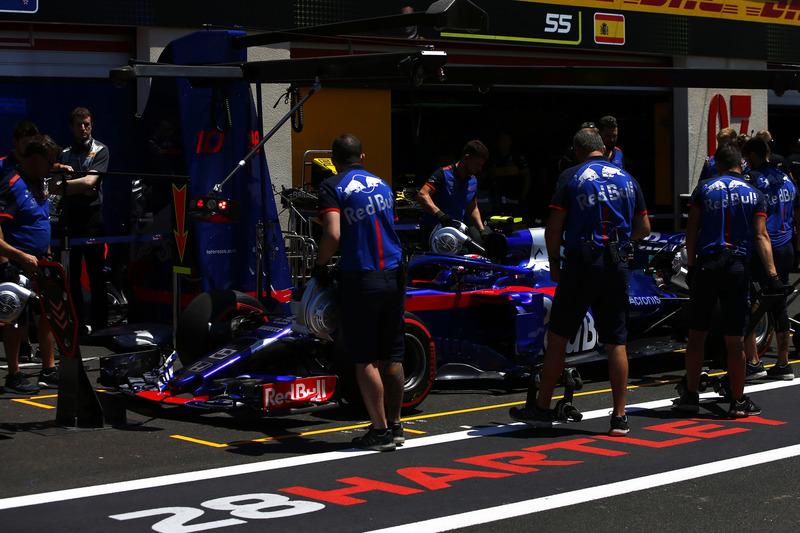 Pierre Gasly, Toro Rosso STR13, in the pit lane