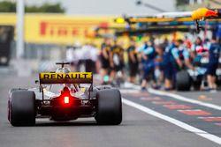 Nico Hulkenberg, Renault Sport F1 Team R.S. 18, dans la voie des stands