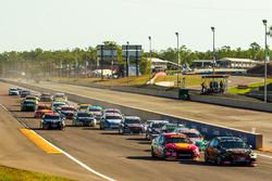 Start action, David Reynolds, Erebus Motorsport Holden Scott McLaughlin, DJR Team Penske Forda re leading