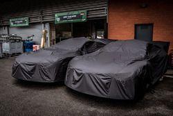 #81 BMW Team MTEK BMW M8 GTE sous une bâche