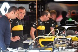 Cyril Abiteboul, director general de Renault Sport F1 en el garaje