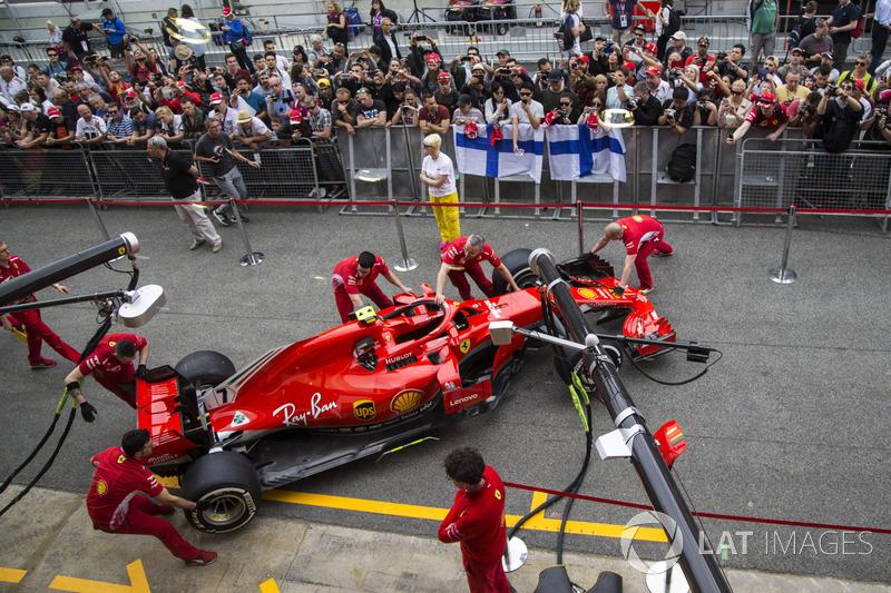 Meccanici Ferrari con la Ferrari SF71H