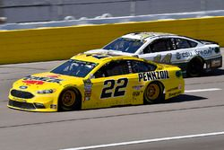 Joey Logano, Team Penske, Ford Fusion Pennzoil and Clint Bowyer, Stewart-Haas Racing, Ford Fusion On