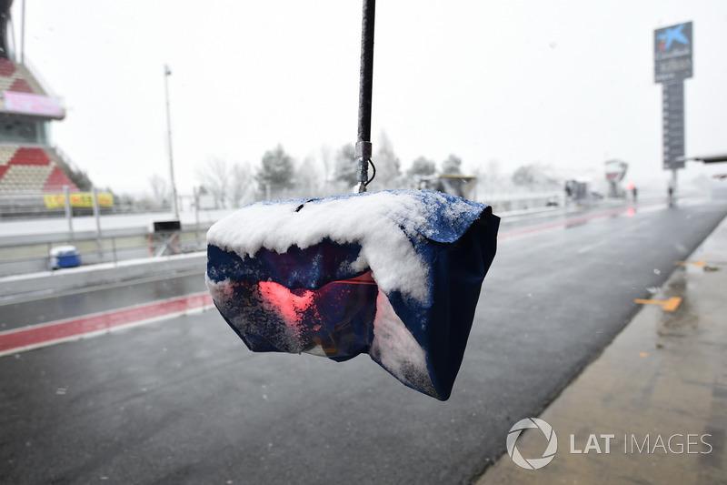 Luces de pitstop en el Circuit de Barcelona con nieve