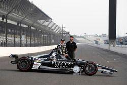 Verizon P1 pole winner Ed Carpenter, Ed Carpenter Racing Chevrolet with Rob Buckner