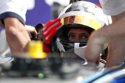 Jon Olsson, sciatore, si prepara per scendere in pista con una Formula E