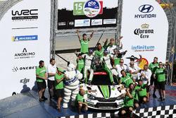 Ganador de WRC2 Pontus Tidemand, Jonas Andersson, Škoda Motorsport Škoda Fabia R5 con su equipo