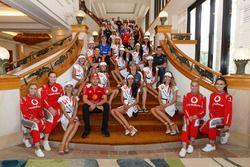 Les pilotes et les candidates à Miss Supercars