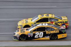 Matt Kenseth, Joe Gibbs Racing Toyota and Landon Cassill, Front Row Motorsports Ford