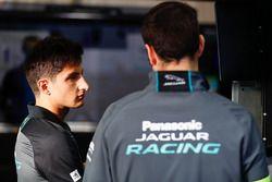 Mitch Evans, Jaguar Racing, parle à son mécanicien