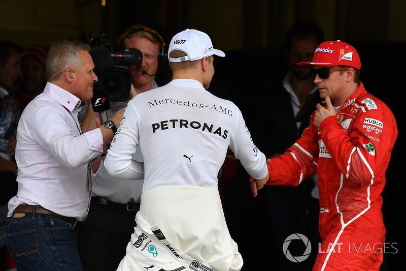 Ganador de la pole Valtteri Bottas, Mercedes AMG F1 celebra con Kimi Raikkonen, Ferrari en parc ferme con Johnny Herbert, Sky TV