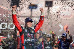 William Byron, JR Motorsports Chevrolet celebra en victory lane