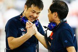 I membri del team Honda festeggiano il 4° posto di Pierre Gasly, Toro Rosso