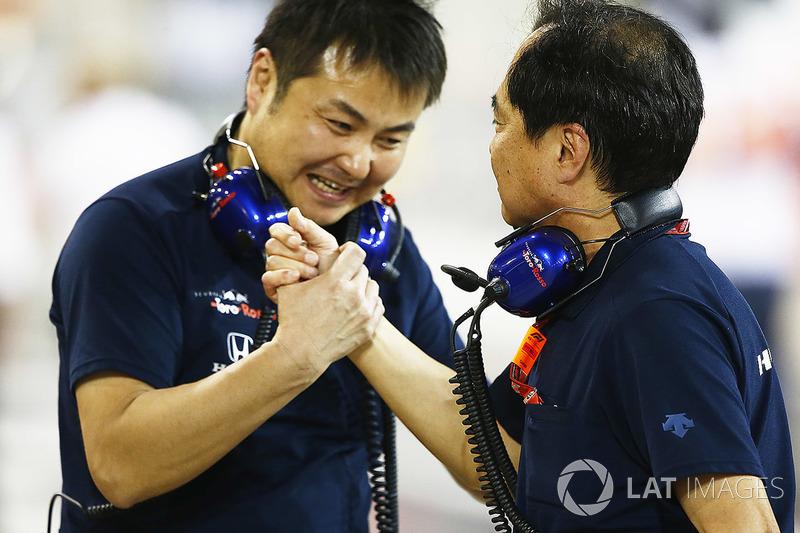 Kru Honda merayakan finis keempat yang diraih Pierre Gasly, Toro Rosso