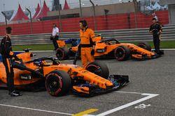 Fernando Alonso, McLaren e Stoffel Vandoorne, McLaren in griglia