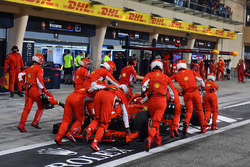 La monoposto di Kimi Raikkonen, Ferrari SF71H viene spinta nel box