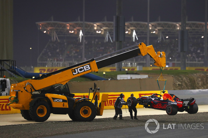 El coche de Daniel Ricciardo, Red Bull Racing RB14 Tag Heuer, es removido