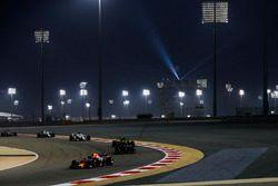 Max Verstappen, Red Bull Racing RB14 Tag Heuer, devant Brendon Hartley, Toro Rosso STR13 Honda, et Carlos Sainz Jr., Renault Sport F1 Team R.S. 18
