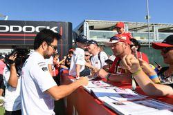 Sergio Perez, Force India signe des autographes pour les fans
