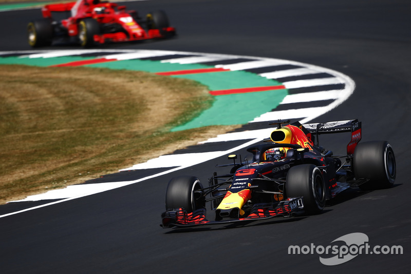 Daniel Ricciardo, Red Bull Racing RB14, devant Kimi Raikkonen, Ferrari SF71H