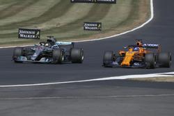 Lewis Hamilton, Mercedes-AMG F1 W09 overtakes Fernando Alonso, McLaren MCL33